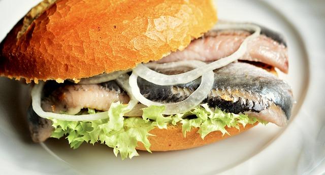 Het eten van haring en binnenkrijgen van eiwitten